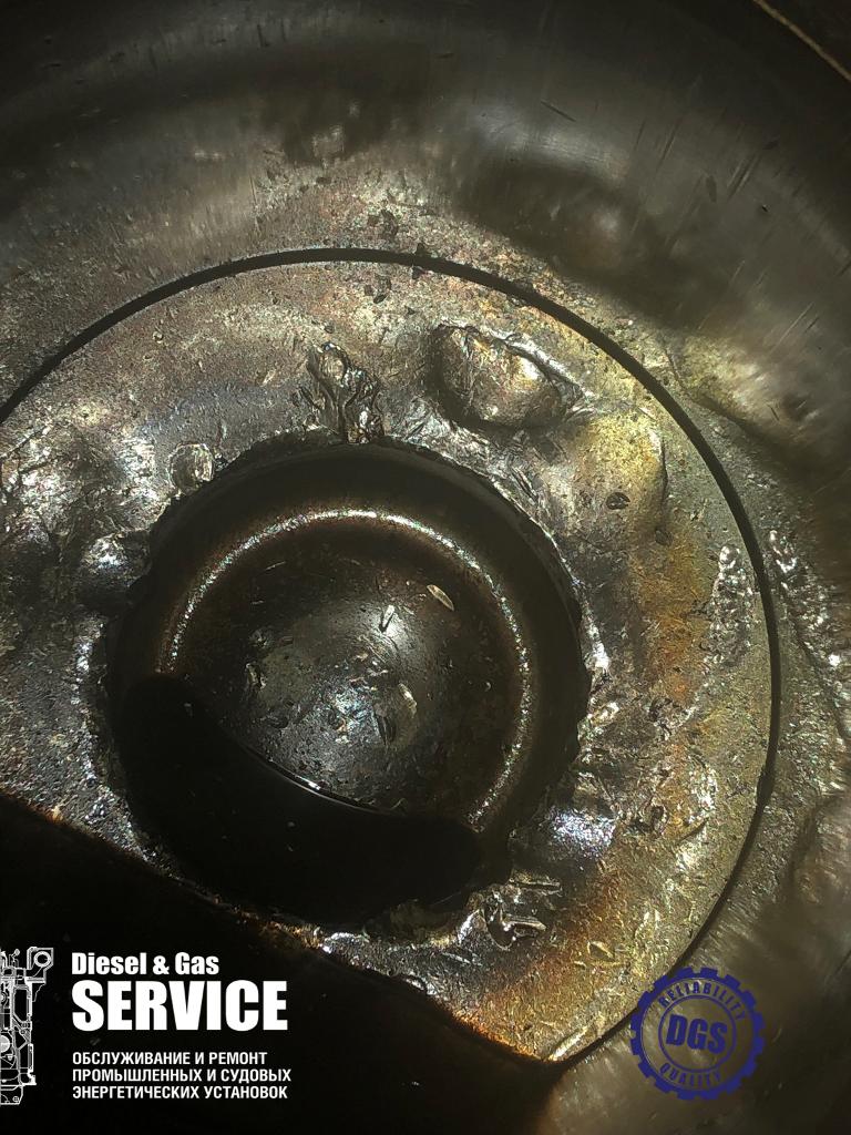 Поврежденный поршень в гильзе цилиндра